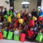 Peduli Yatim, Ibu-ibu dari Majelis Ta'lim Nur Zahra memberikan santunan