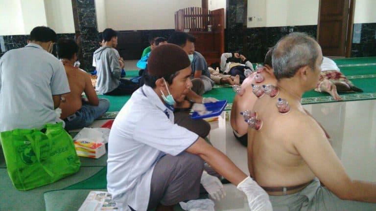 Baksos Bekam Masal Yayasan Huda Cendekia Bogor - peserta dari berbagai kalangan